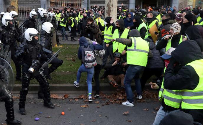 Face-à-face entre la police et des « gilets jaunes», samedi, à Bruxelles.