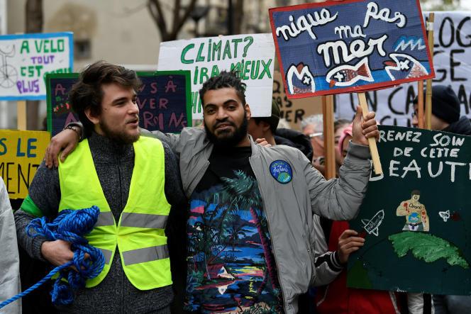 Des «gilets jaunes» ont rejoint la marche pour le climat, le 8 décembre, à Paris.