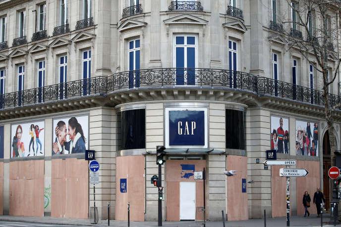 Des boutiques dont les vitrines ont été protégées par des panneaux en bois, le 8 décembre à Paris