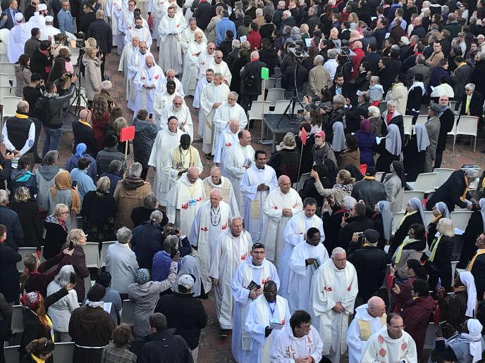 Chrétiens et musulmans assistent à une cérémonie de béatification de moines tués pendant la guerre civile, à Oran (Algérie), le 8 décembre.