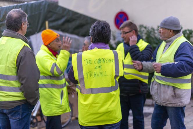Autour du rond-point de la Rotonde, auPouzin (Ardèche), le 7 décembre, tout le monde discute de l'avenir du mouvement des « gilets jaunes».