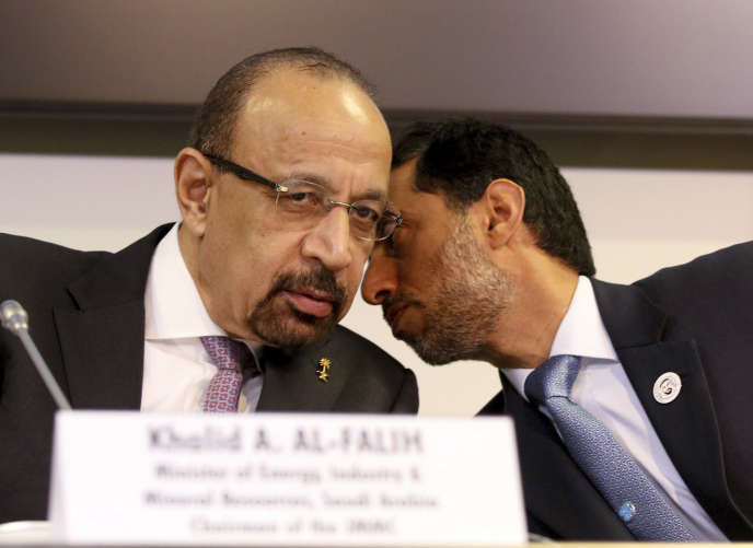 Le ministre saoudien du pétrole, Khalid Al-Falih, et son homologue émirati, Souhaïl Mohamed Al-Mazrouei, à Vienne, le 7 décembre.