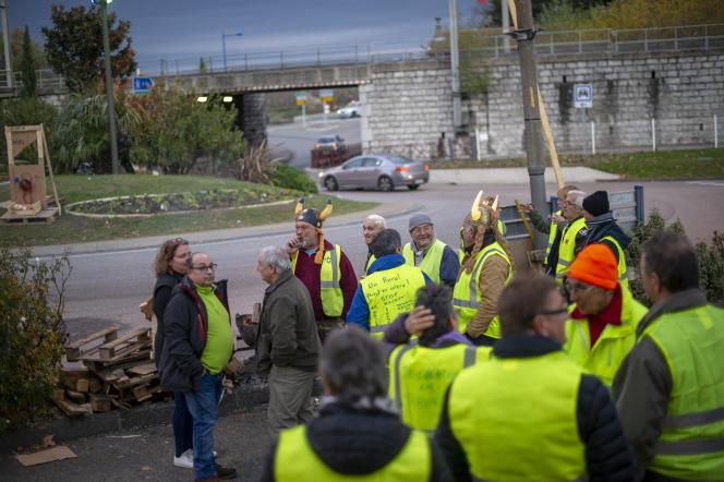 Au Pouzin, village ardéchois de 3 000 habitants, les« gilets jaunes» se relaient toute la journée autour du rond-point de la Rotonde. Ici, «la route n'est pas bloquée, l'objectif est d'assurer une visibilité auprès des automobilistes qui emprunte le rond-point.»
