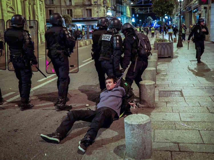 Dans le centre-ville d'Avignon, les policiers procèdent à des arrestations de «gilets jaunes» à la suite de heurts.