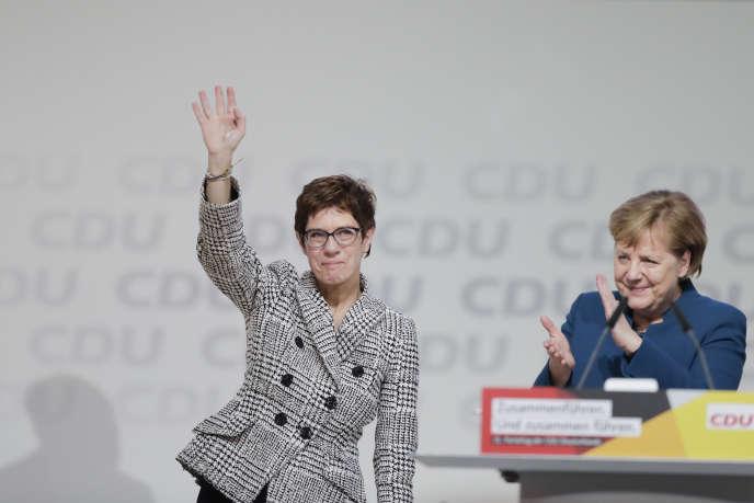 La chancelière allemande Angela Merkel (à droite) applaudit à l'annonce de la victoire d'Annegret Kramp-Karrenbauer, à Hambourg, le 7 décembre.