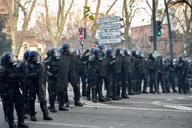Des policiers dans une rue lors d'une manifestation à Toulouse, le 8 décembre2018.