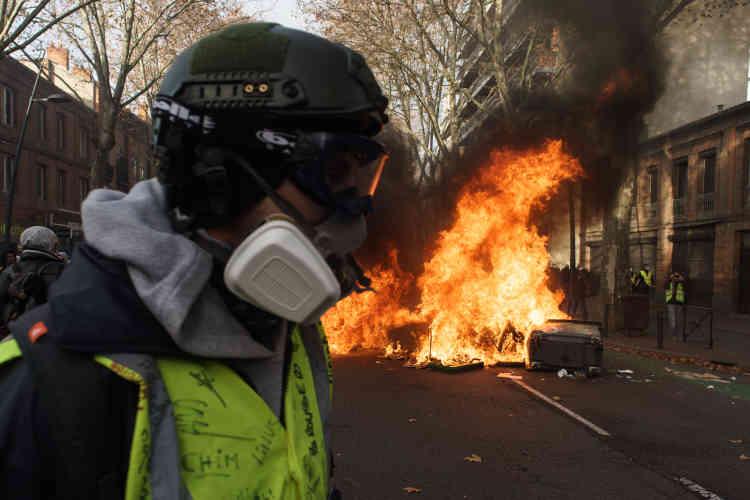 A Toulouse, les« gilets jaunes» ont incendié du mobilier urbain en centre-ville ainsi que dans le quartier de Saint-Cyprien.