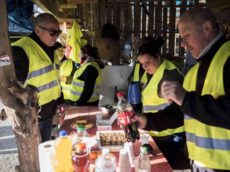Les « gilets jaunes» qui bloquentle rond-point de Réalpanier au Pontet dans le Vaucluse, ont prévu un buffet pour pouvoir rester sur place toute la journée et probablement la soirée ensuite.