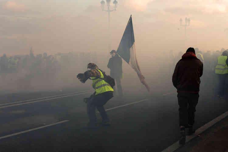 A Toulouse, des affrontements ont eu lieu en fin de journée, ici sur l'un des ponts reliant le centre-ville au quartier de Saint-Cyprien.