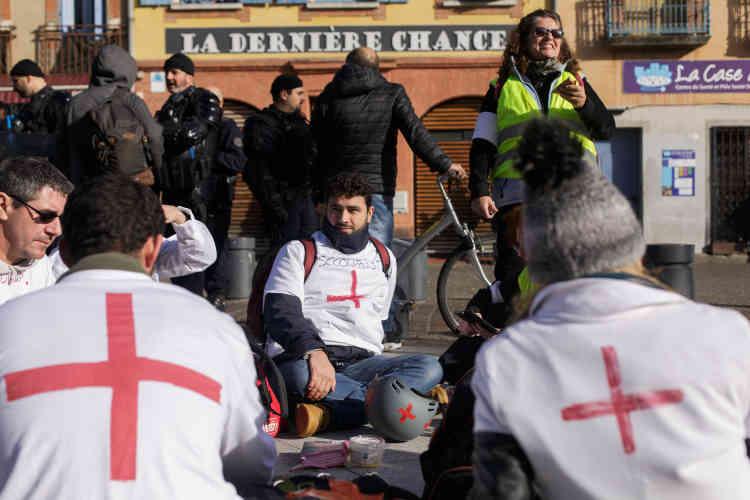 Dans le centre-ville de Toulouse le matin, les volontaires « secouristes gilets jaunes» se reposent, faute de blessés à secourir.