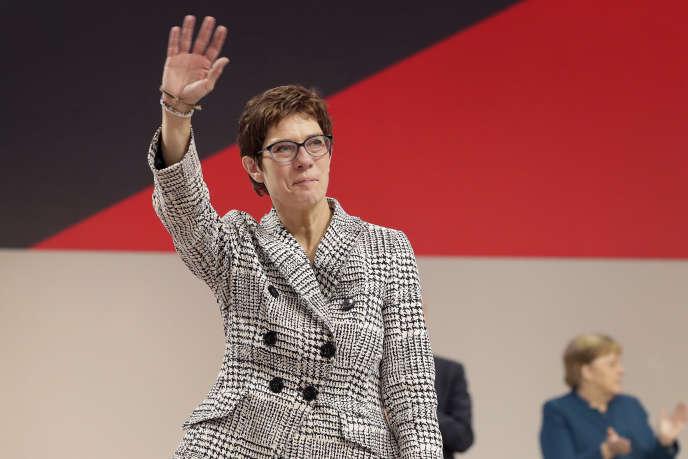 Annegret Kramp-Karrenbauer salue les militants de son partiaprès son élection à la CDU, à Hambourg, le 7 décembre.