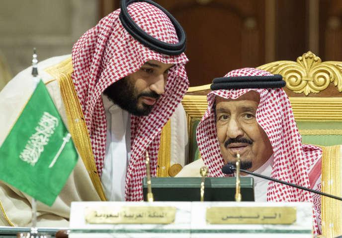 Le roi d'Arabie saoudite (à droite) aux côtés duprince héritier d'Arabie saoudite Mohammed Ben Salman (à gauche), le 9 décembre 2018.