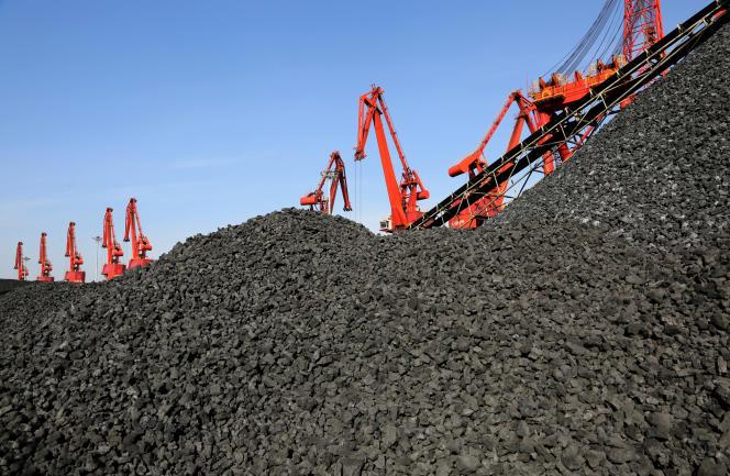 Un cargo décharge son charbon à Lianyungang, en Chine, en décembre.