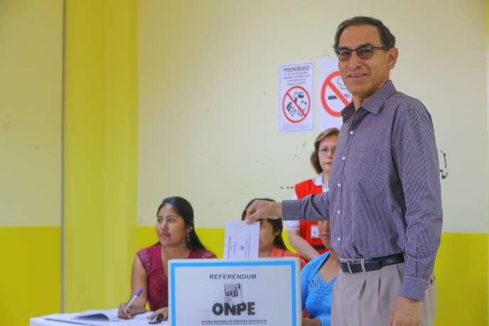 Le président du Pérou, Martin Vizcarra, venu voter au référendum anticorruption, dimanche 9décembre, à Lima.
