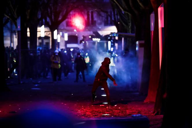 Un homme envoie un fumigène sur les forces de l'ordre lors de la manifestation des «gilets jaunes», le 8 décembre à Bordeaux.