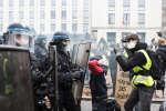 Des manifestants haranguent des CRS devant la préfecture de Loire Atlantique. Manifestation des gilets jaunes. Nantes, France - 8 décembre 2018.