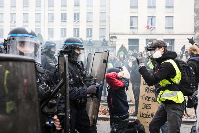Des manifestants haranguent des CRS devant la préfecture de Loire-Atlantique, lors de la manifestation des «gilets jaunes», à Nantes, le 8 décembre.