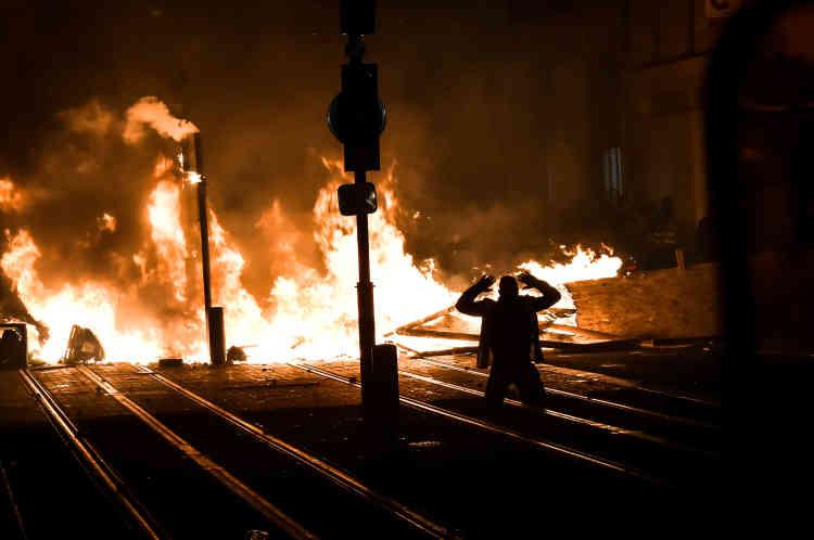 En fin de soirée, les rues de Bordeaux se sont embrasées. Dans les rangs des fauteurs de troubles, plus de «gilets jaunes» mais clairement des casseurs venus profiter de la tension.