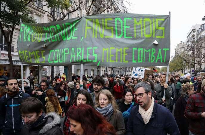 Plusieurs milliers de personnes ont défilé lors dela marche pour le climat, à Paris, samedi 8 décembre.