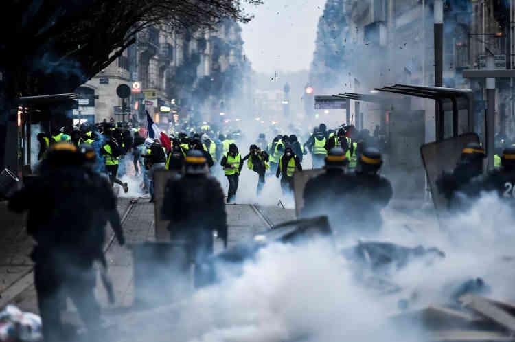 Quelques minutes après l'arrivée de la manifestation sur la place Pey Berlan de Bordeaux, les CRS ont immédiatement voulu repousser les manifestants à haute dose de grenades lacrymogènes et de Flash-Ball.