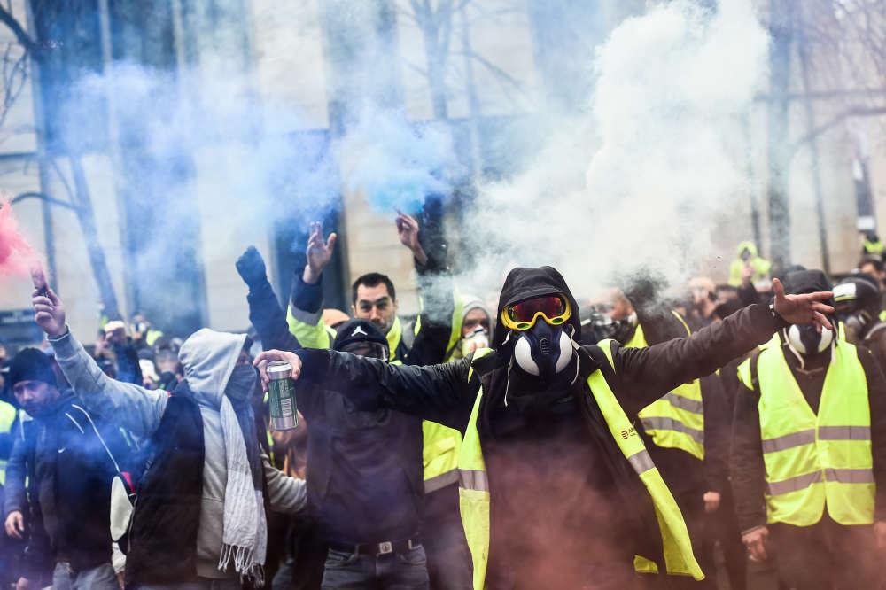 La plupart des «gilets jaunes» mobilisés à Bordeaux étaient venus équipés de masques pour se protéger des gaz lacrymogènes, qui ont laissé des souvenirs pénibles la semaine passée.
