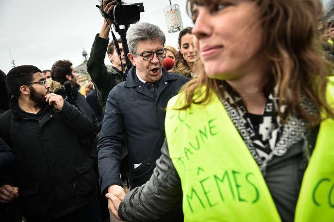 Jean-Luc Mélenchon rencontre une«gilet jaune» en marge de la marche pour le climat, à Bordeaux.