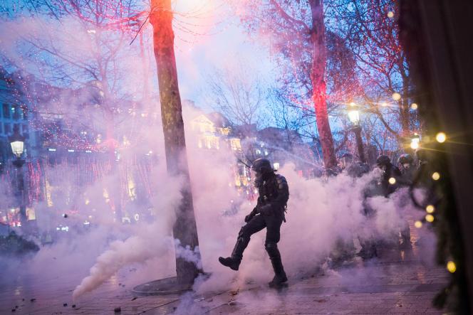 Paris, samedi 8 décembre : des « gilets jaunes» rassemblés sur l'avenue des Champs-Elysées se retrouvent nassés par les forces de l'ordre.