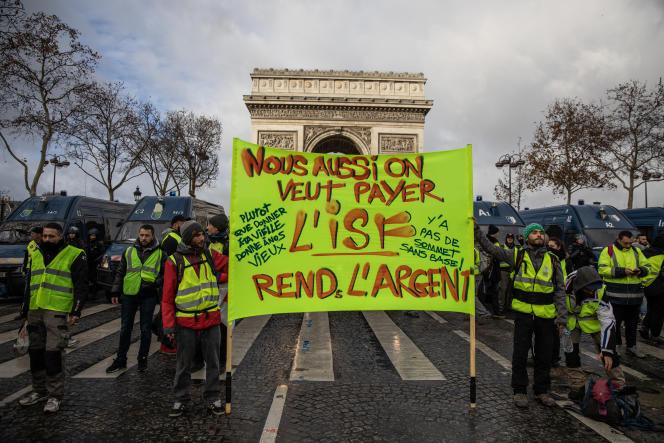 A Paris, des « gilets jaunes» expriment leurs revendications lors de la quatrième manifestation du mouvement, le 8 décembre.