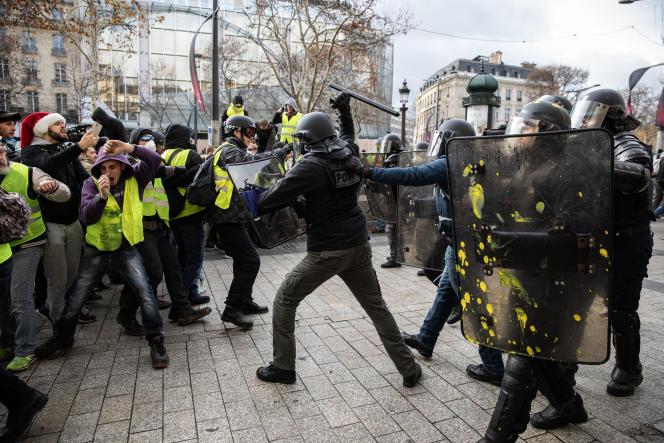 Manifestation de « gilets jaunes» sur les Champs-Elysées, à Paris, le 8 décembre. Les CRS chargent.