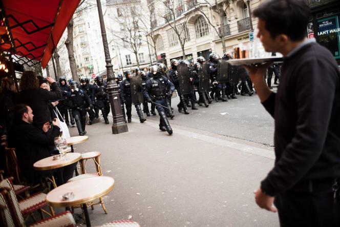 Progression des policiers rue Réaumur lors des manifestations des« gilets jaunes», à Paris, le 8 décembre.
