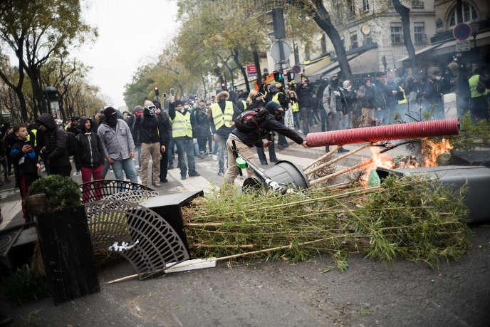 Des manifestants érigent une barricade sur un boulevard parisien, le 8décembre.