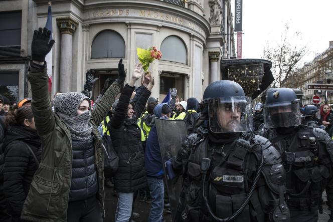 Paris, le 8 décembre 2018. Des « gilets jaunes» bloqués par les CRS devant le boulevard Haussmann.