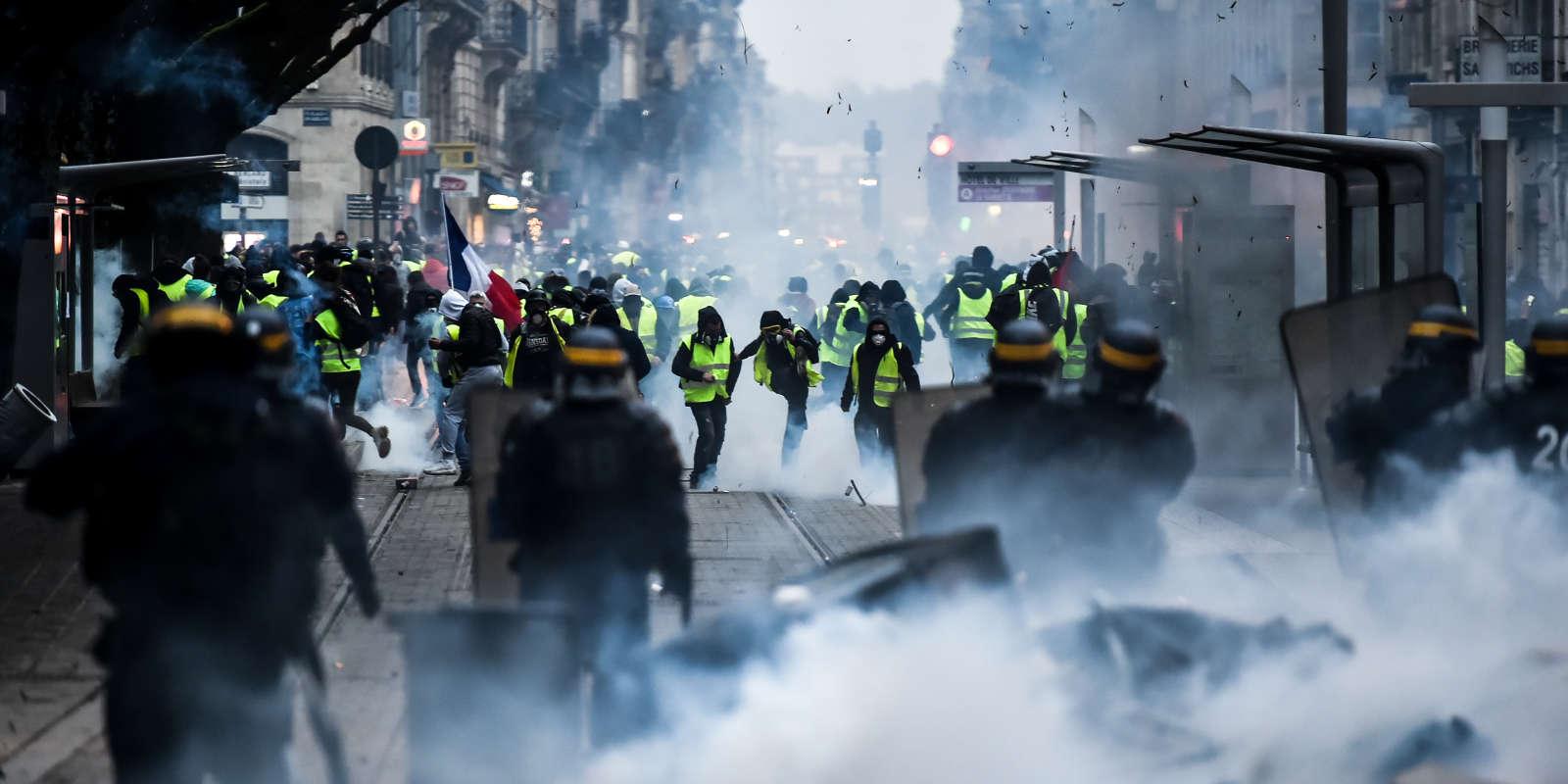 Un homme dans les gaz lacrymogènes lors de la manifestation des « gilets jaunes» à Bordeaux, le 8 décembre.