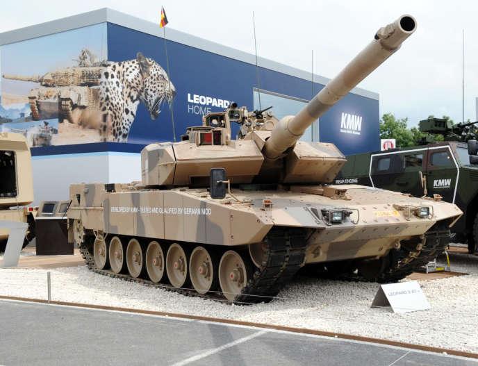 La char Leopard 2A7 de l'allemandKrauss-Maffei-Wegmann (KMW), présenté en 2010, à Villepinte, près de Paris.
