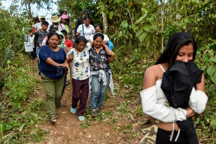 Lors des funérailles du dirigeant du peuple Nasa, Edwin Dagua, tué par balles, à El Poblado, dans le département de Cauca, dans le sud-ouest de la Colombie, le 7 décembre.