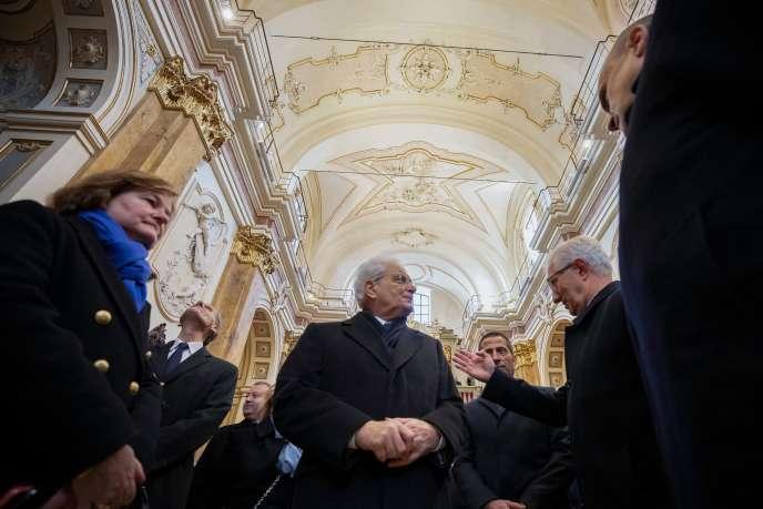 Le président italien Sergio Mattarellaet la ministre française Nathalie Loiseau en l'église Santa Maria del Suffragio, à L'Aquila, le 6 décembre.