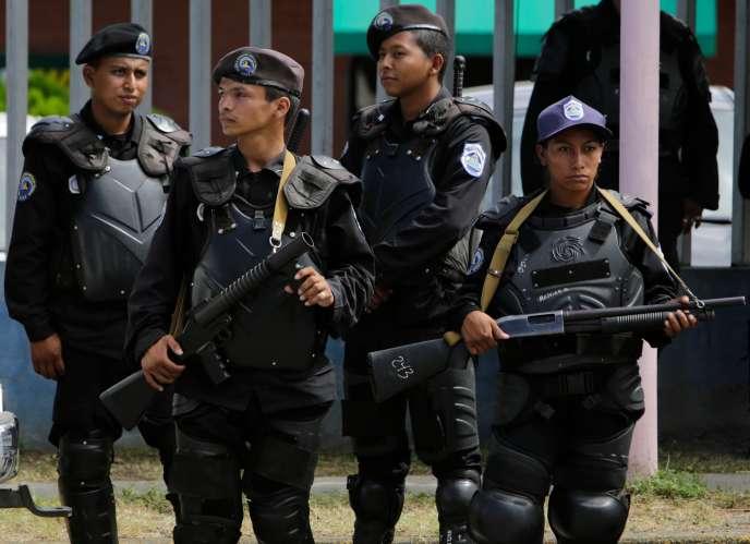 La police anti-émeute monte la garde devant le siège des Nations unies à Managua, le 10 décembre 2018, à l'occasion de la Journée internationale des droits de l'homme.