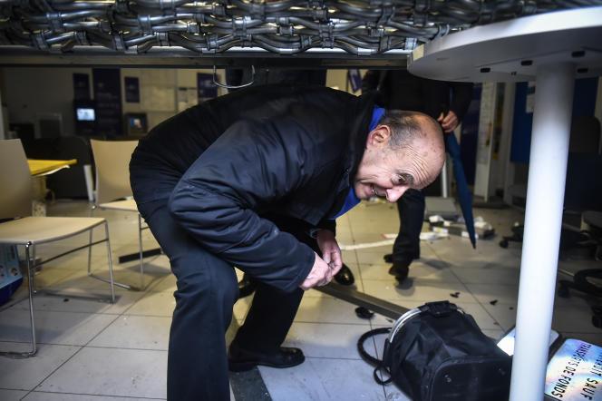 Le maire de Bordeaux, Alain Juppé, vient constater les dommages dans un bureau de La Poste, cours Victor-Hugo, au lendemain de l'acte IV des « gilets jaunes», le9décembre2018.