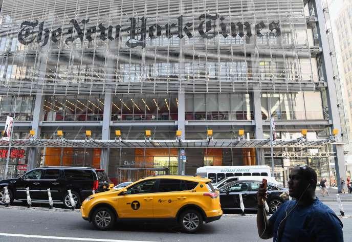 Un passant consulte son téléphone portable devant le «New York Times», à New York, le 6 septembre 2018.