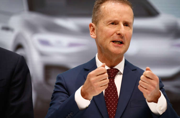 Le PDG de Volkswagen, Herbert Diess, lors d'une conférence de presse, au siège du constructeur automobile, àWolfsburg (Basse-Saxe), le 13 avril.