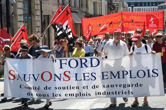 Des personnes manifestent pour le sauvetage de l'usine automobile Ford de Blanquefort, à Bordeaux, le 30 juin.