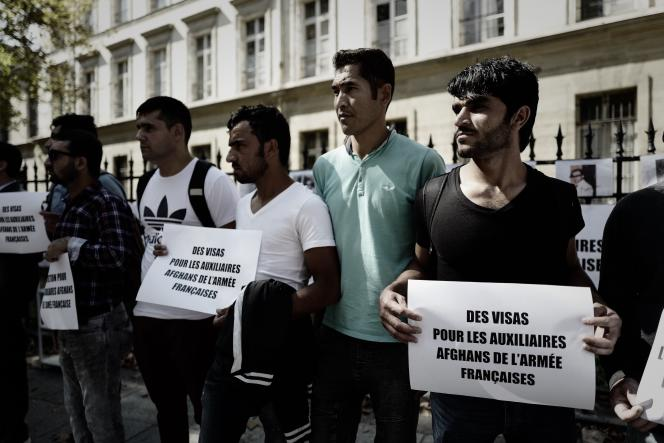 D'anciens auxiliaires afghans de l'armée française manifestent pour obtenir des visas, devant le ministère de la défense à Paris, le 9 septembre 2018.