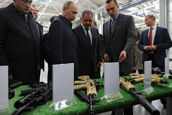 Le président Vladimir Poutine visite un site du fabricant d'armes Kalachnikov Concern, à Ijevsk, en Russie, le 20 septembre 2016.