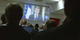 Projection du discours d'Emmanuel Macron au cours d'une réunion publique de la députée LRM, Coralie Dubost, dans la mairie de Galargue (Hérault), lundi 10 décembre.