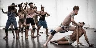 « Furia», de Lia Rodrigues, chorégraphie pour neuf danseurs.