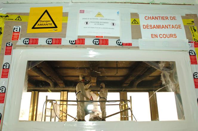 Des ouvriers travaillent au désamiantage du campus de Jussieu, le 25 janvier 2005 à Paris.