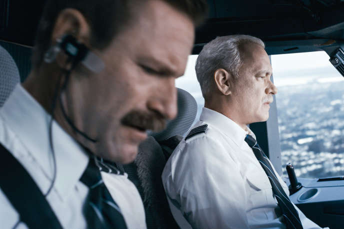 Aaron Eckhart et  Tom Hanks dans « Sully », de Clint Eastwood