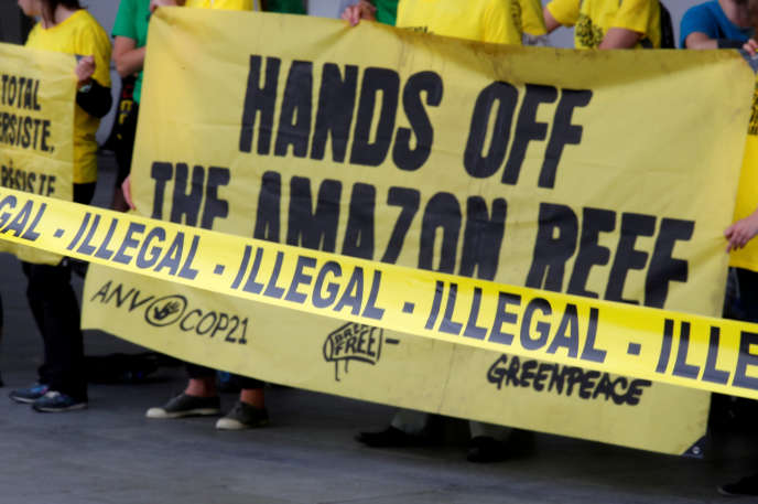 Manifestation de Greenpeace contre les forages de Total au large de l'embouchure de l'Amazone en Guyane française, à Paris, le 1er juin 2018.