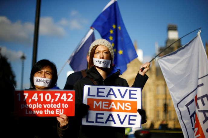 Manifestants pro-Brexit, devant le Parlement britannique, le 11 décembre 2018, au lendemain de la décision du premier ministre Theresa may, de reporter le vote sur le projet de Brexit.