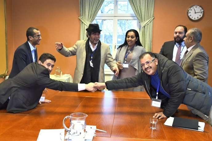 Le représentant de la délégation houthiste, Abdelqader Mourtada (à gauche), et celui du gouvernement yéménite, Brigadier General Asker Zaeel, à Rimbo, au nord de Stockholm, en Suède, le 11 décembre 2018.